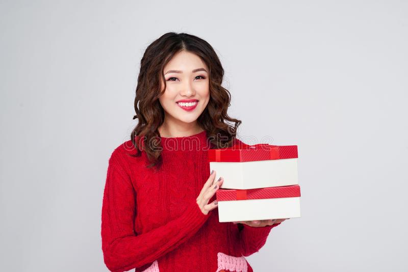 Portrait de jeune, assez et femme heureuse avec le cadeau BO de Noël photos libres de droits