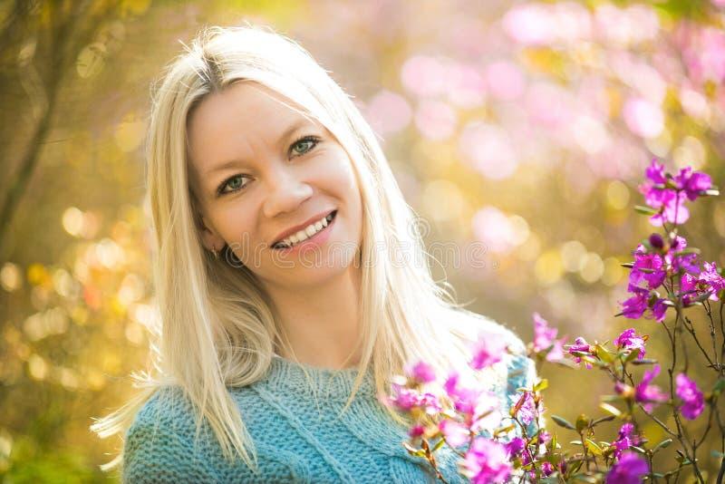 Portrait de jeune beau romarin de fleur de femme au printemps photo stock