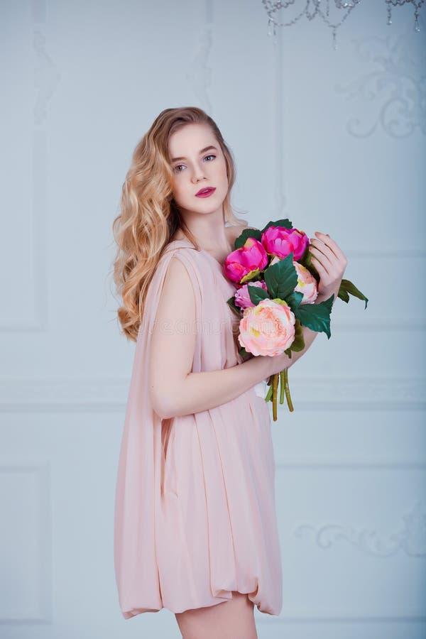 Portrait de jeune belle femelle avec des fleurs image stock