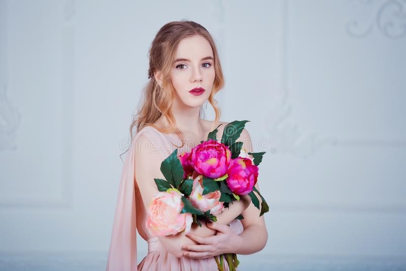 Portrait de jeune belle femelle avec des fleurs photos libres de droits