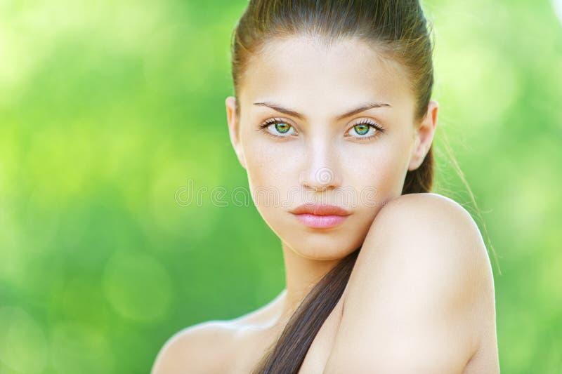 Portrait de jeune belle femme photographie stock