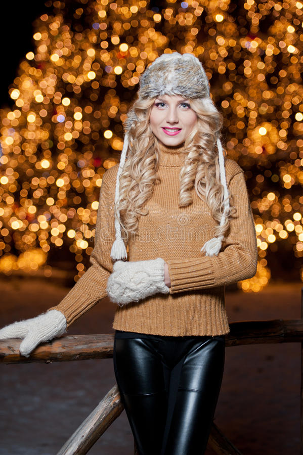 Portrait de jeune belle femme avec de longs cheveux justes extérieurs dans un jour d'hiver froid. Belle fille blonde dans des vête images libres de droits
