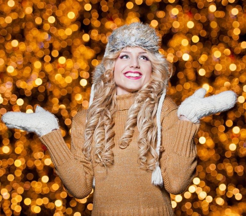 Portrait de jeune belle femme avec de longs cheveux justes extérieurs dans un jour d'hiver froid. Belle fille blonde dans des vête image libre de droits