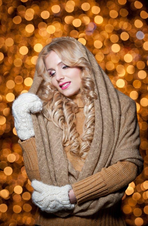 Portrait de jeune belle femme avec de longs cheveux justes extérieurs dans un jour d'hiver froid. Belle fille blonde dans des vête photographie stock libre de droits