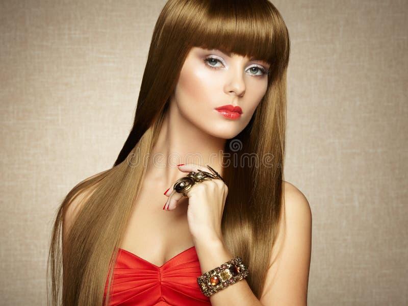 Portrait de jeune belle femme avec des bijoux photo stock