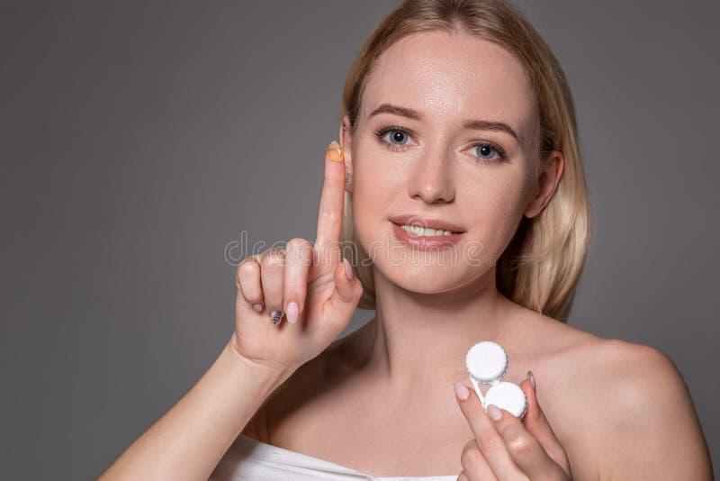 Portrait de jeune belle femme avec le cristallin naturel de maquillage et de contact à disposition Plan rapproché de la participa photo libre de droits