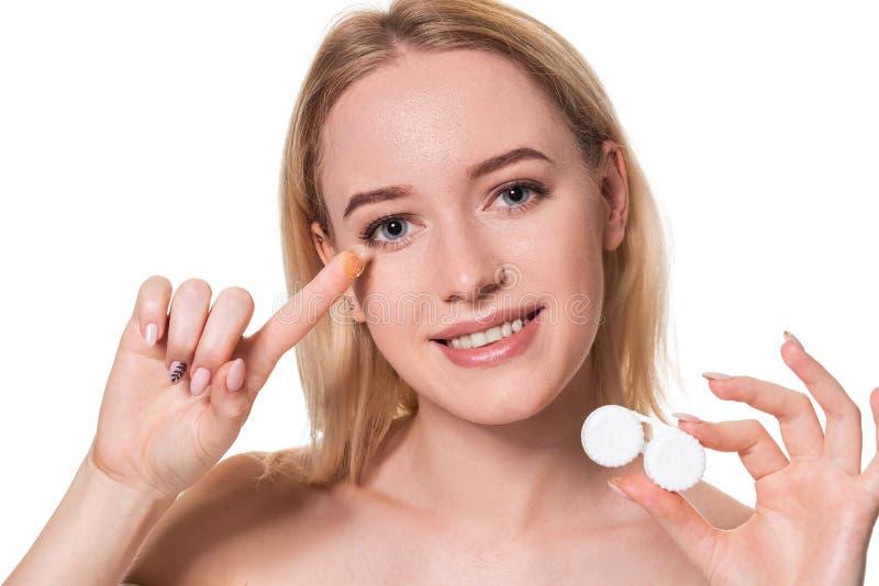 Portrait de jeune belle femme avec le cristallin naturel de maquillage et de contact à disposition Plan rapproché de la participa image stock