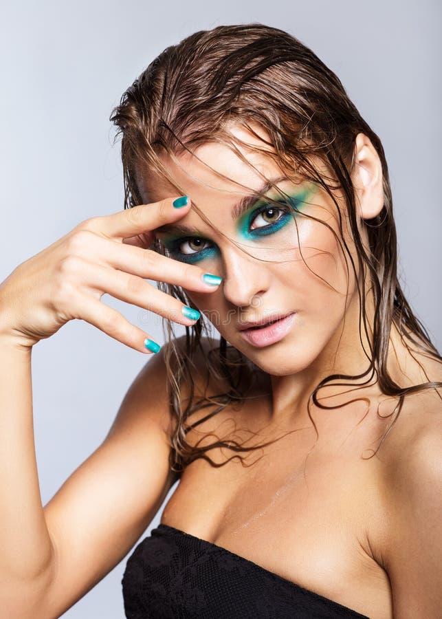 Portrait de jeune belle femme avec le maquillage brillant humide vert image stock