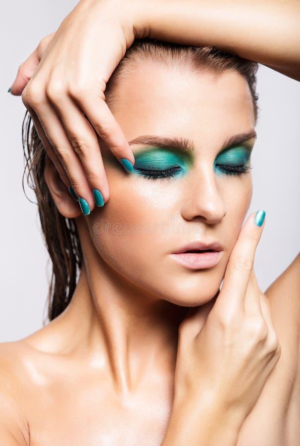 Portrait de jeune belle femme avec le maquillage brillant humide vert images stock