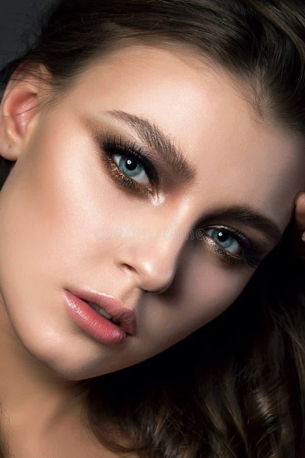 Portrait de jeune belle femme avec le maquillage et le coiffur nuptiales photographie stock libre de droits