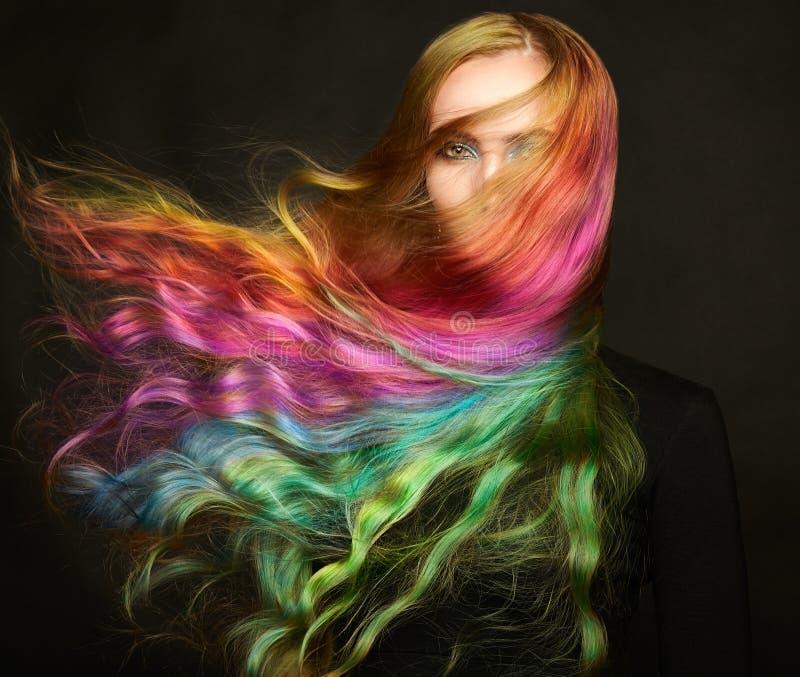 Portrait de jeune belle femme avec de longs cheveux de vol photographie stock libre de droits