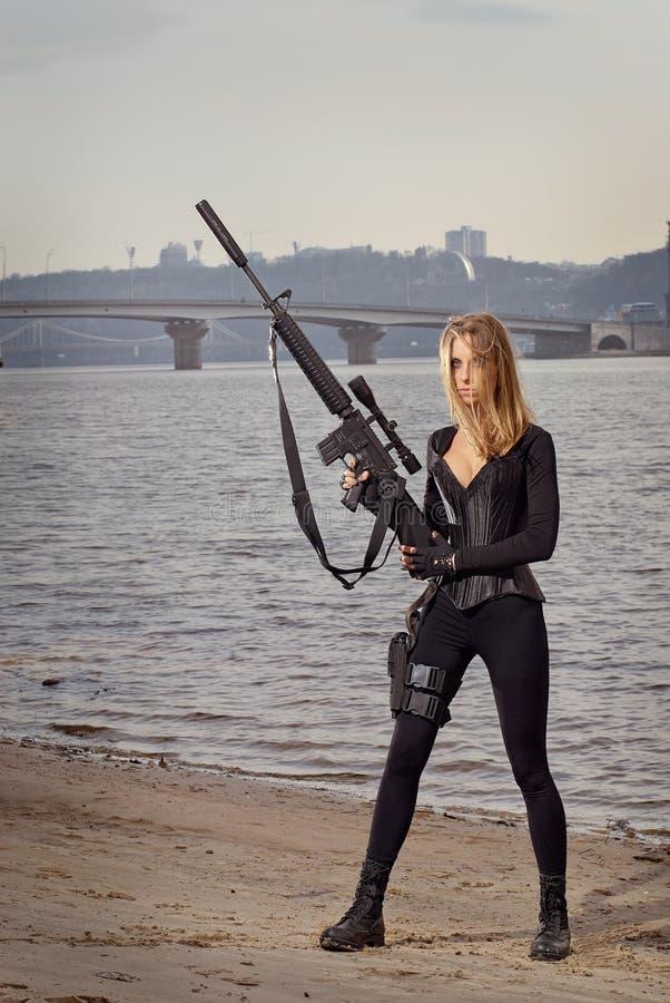 Portrait de jeune belle femme avec une arme à feu images libres de droits