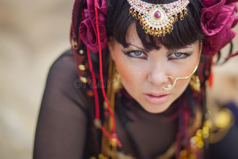 Portrait de jeune belle femme, de beauté, de maquillage tribal ethnique, de boucles d'oreille, de style hippie de Bohème et de ch photos libres de droits