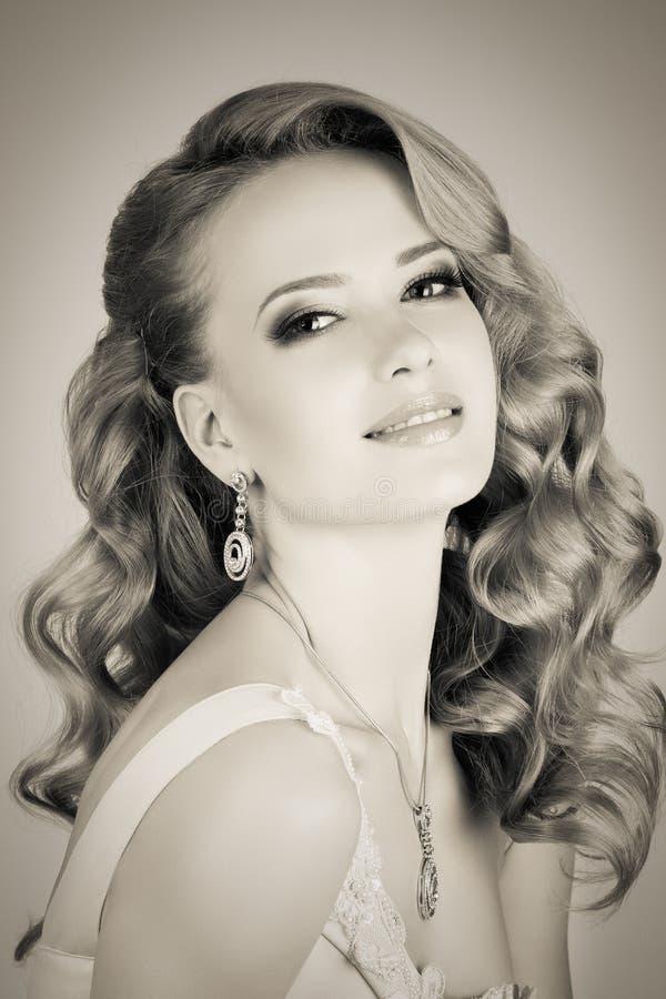 Portrait de jeune belle femme blonde photographie stock libre de droits