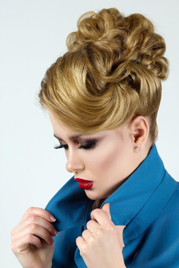 Portrait de jeune belle femme blonde image libre de droits