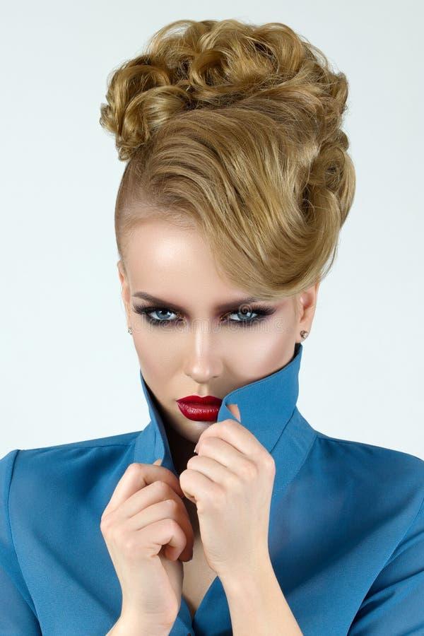 Portrait de jeune belle femme blonde photo stock