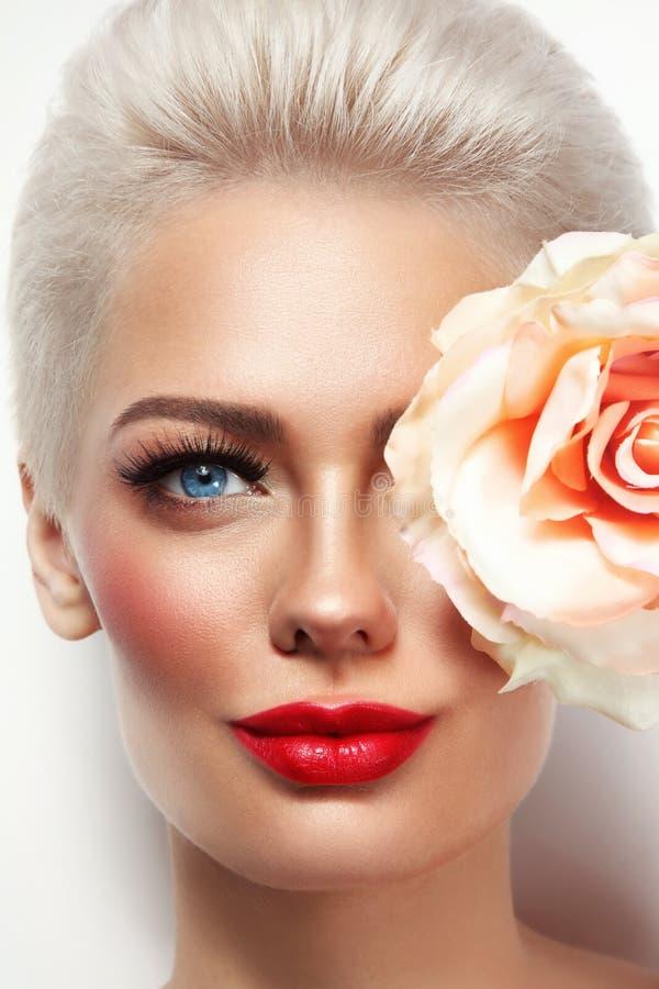 Portrait de jeune belle femme blonde avec le lipst rouge image libre de droits