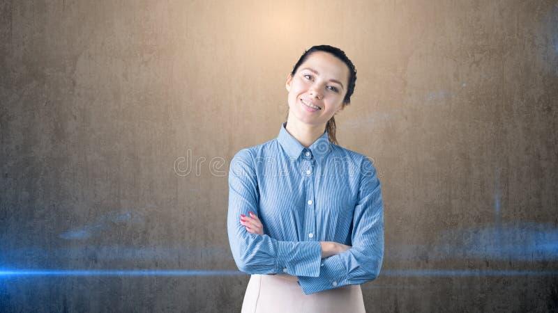 Portrait de jeune belle femme d'affaires dans le bureau Elle sourit avec des accolades images stock