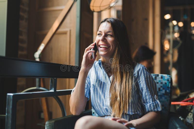 Portrait de jeune belle femme de sourire de brune photos stock
