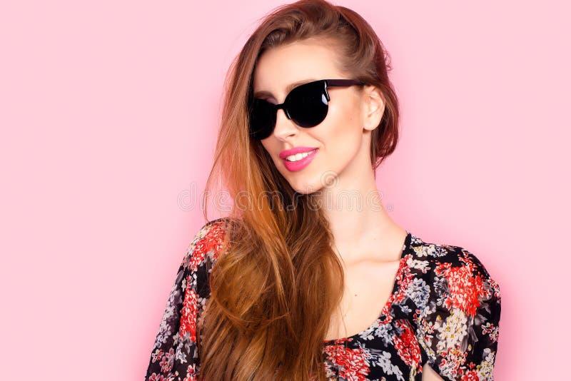 Portrait de jeune belle femme mince dans la robe sexy avec les lèvres sensuelles dans des lunettes de soleil de port de studio so photos stock