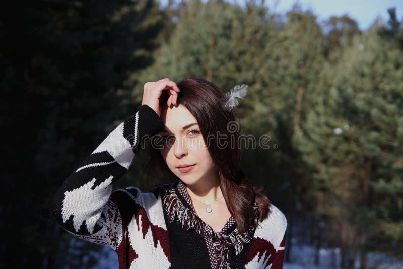 Portrait de jeune belle fille attirante avec de longs cheveux et yeux bleus bruns Elle porte les vêtements ornementaux ethniques  images stock