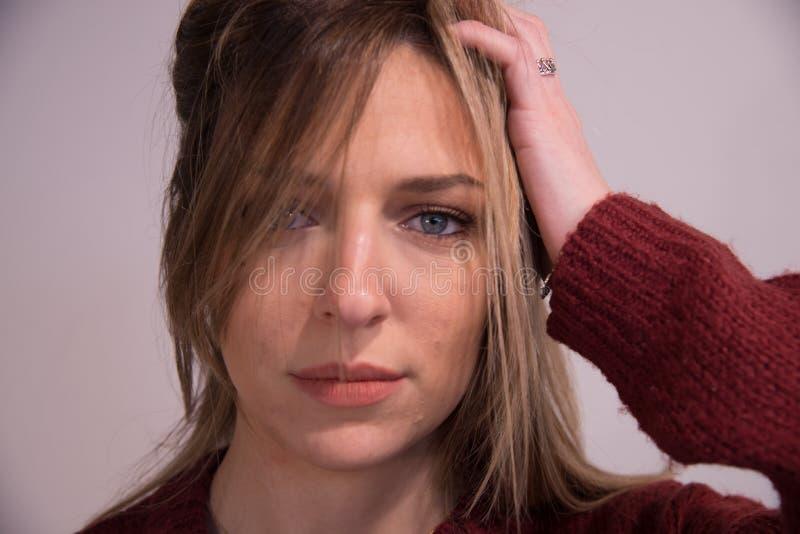 Portrait de jeune belle fille blonde dans le studio sur le blanc photographie stock libre de droits