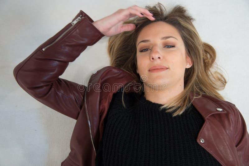 Portrait de jeune belle fille blonde dans le studio sur le blanc photos libres de droits