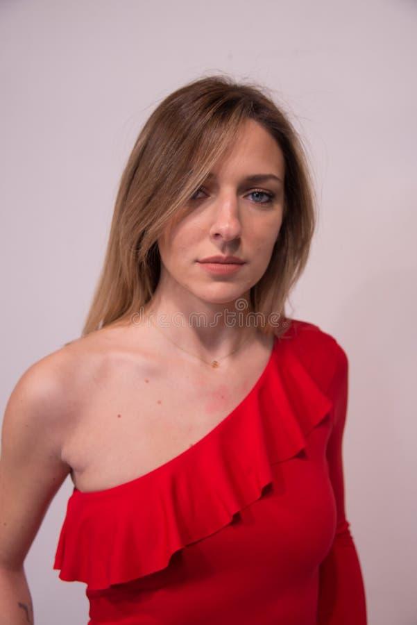 Portrait de jeune belle fille blonde dans le studio sur le blanc photos stock