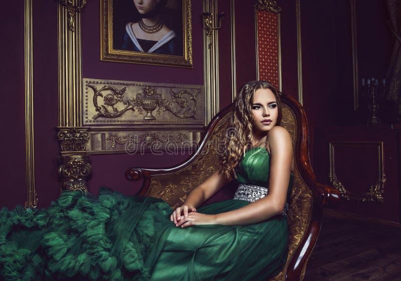 Portrait de jeune belle fille dans la robe de long vert photo libre de droits