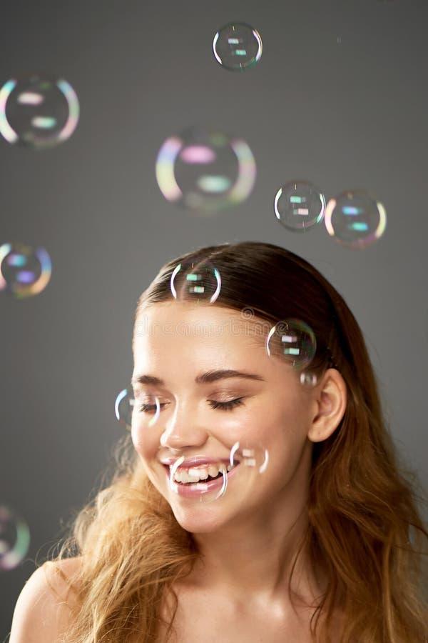 Portrait de jeune belle fille dans le studio, avec le maquillage professionnel Tir de beauté Bulle L'atmosphère de la légèreté photo libre de droits