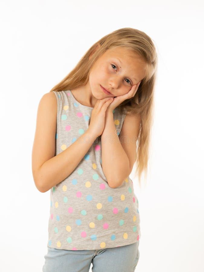 Portrait de jeune belle fille ennuyée, triste, somnolente, déprimée Émotions humaines, expressions du visage photo libre de droits