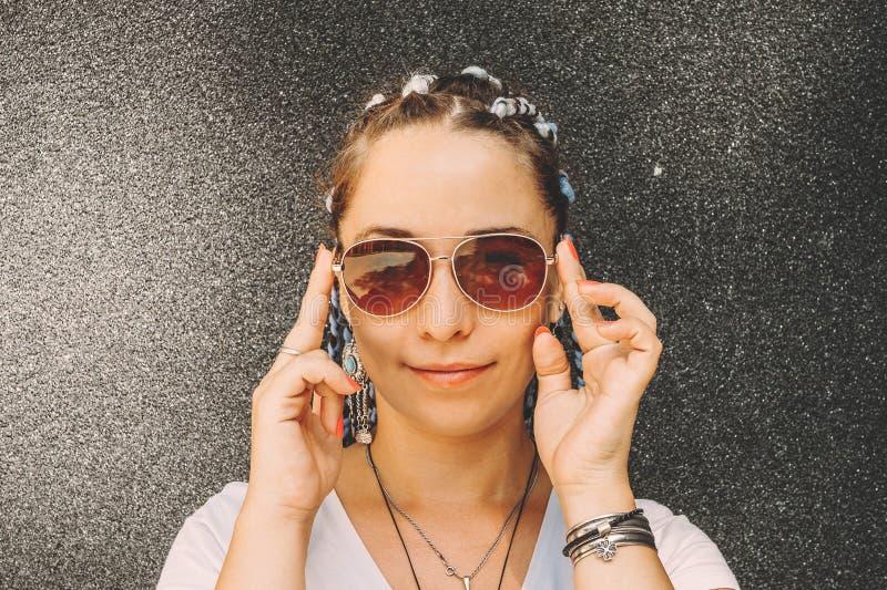 Portrait de jeune belle fille heureuse dans des lunettes de soleil avec les cheveux tressés avec le kenekalon, beaucoup de longue images libres de droits