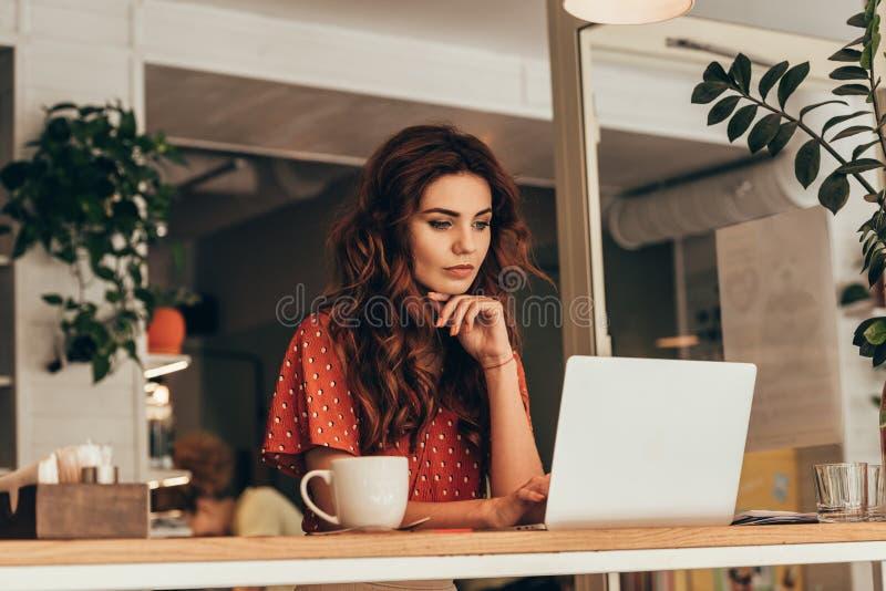 portrait de jeune blogger travaillant sur l'ordinateur portable photos stock