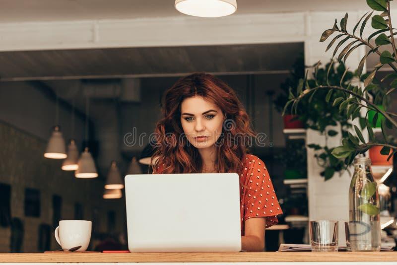 portrait de jeune blogger travaillant sur l'ordinateur portable photographie stock libre de droits