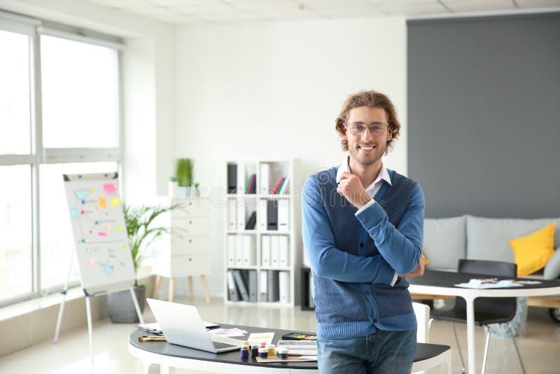 Portrait de jeune concepteur dans le bureau photo stock
