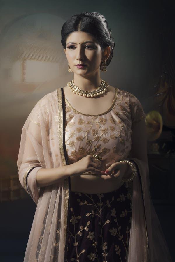 Portrait de jeune dame indienne dans l'usage traditionnel photos stock