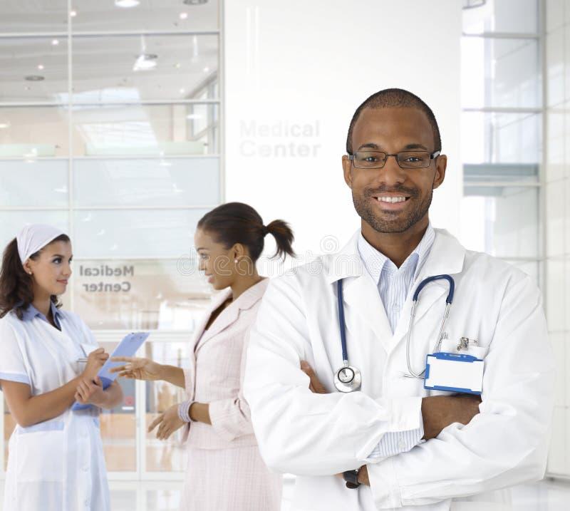 Portrait de jeune docteur au centre médical images libres de droits