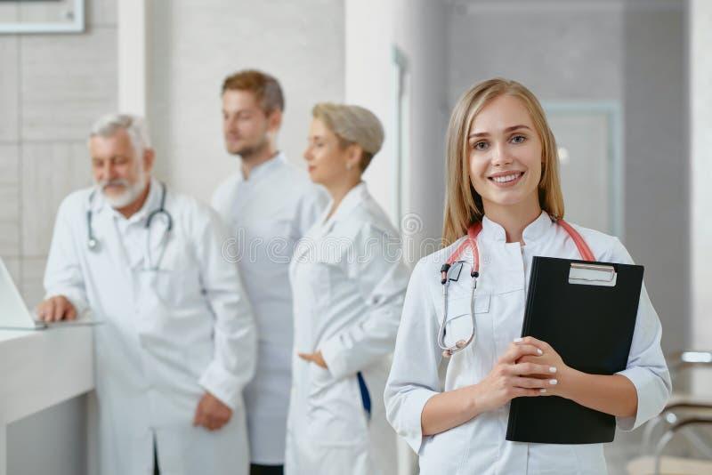 Portrait de jeune docteur féminin et de ses collègues photo libre de droits