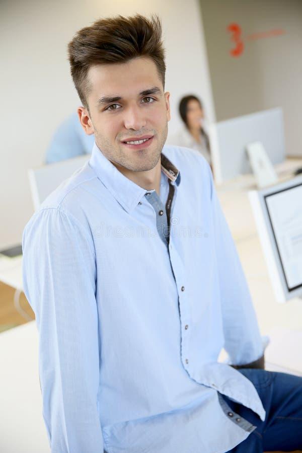 Portrait de jeune employé de bureau de sourire photo libre de droits