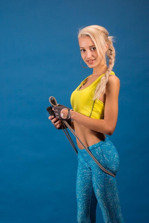 Portrait de jeune et en bonne santé blonde avec la corde à sauter images libres de droits