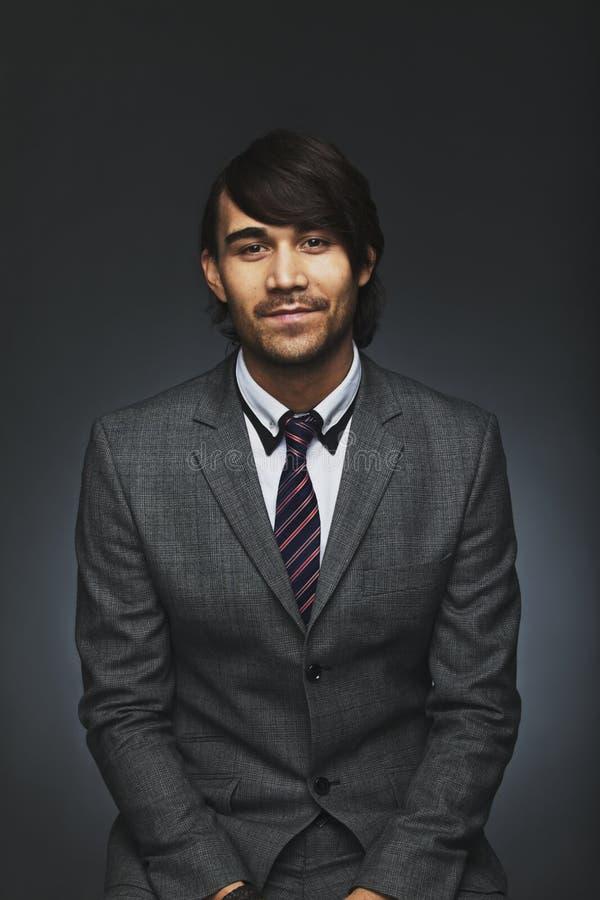 Portrait de jeune exécutif masculin futé photos libres de droits