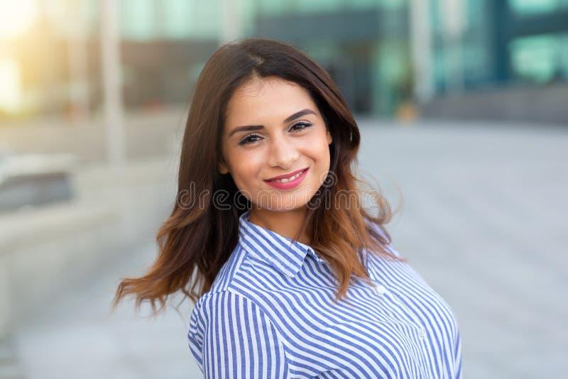 Portrait de jeune extérieur de sourire de femme avec la fusée de sunligth photo stock