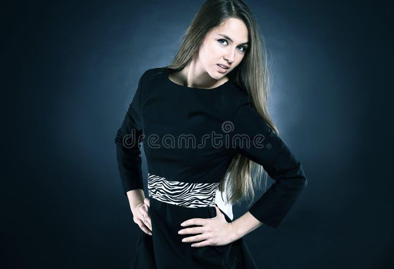 Portrait de jeune femme élégante dans la robe noire photos stock