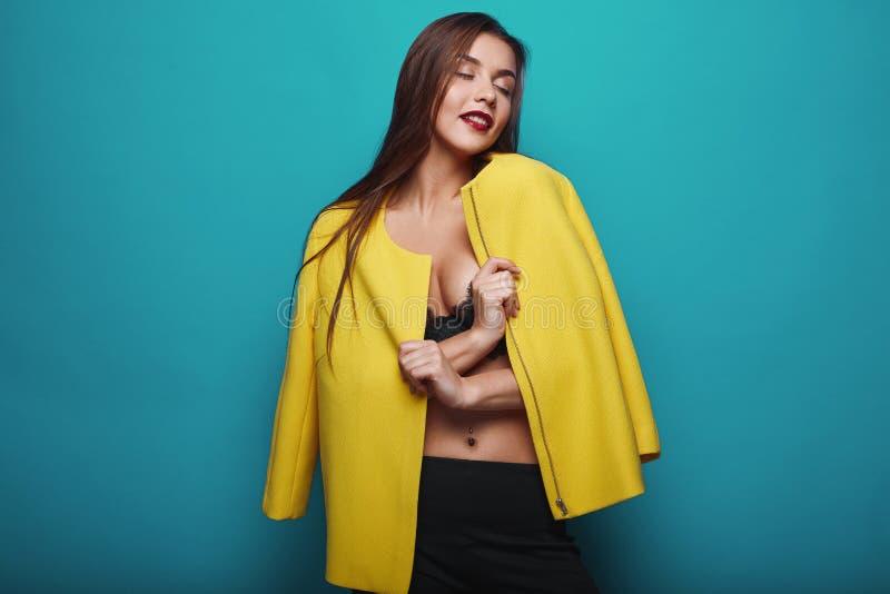 Portrait de jeune femme élégante de butin de charme de mode image libre de droits