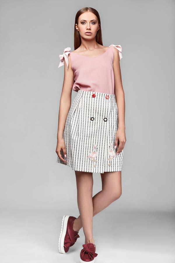 Portrait de jeune femme élégante de butin de mode dans la jupe image stock