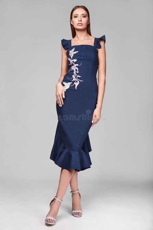 Portrait de jeune femme élégante de butin de mode dans la jupe bleue photographie stock