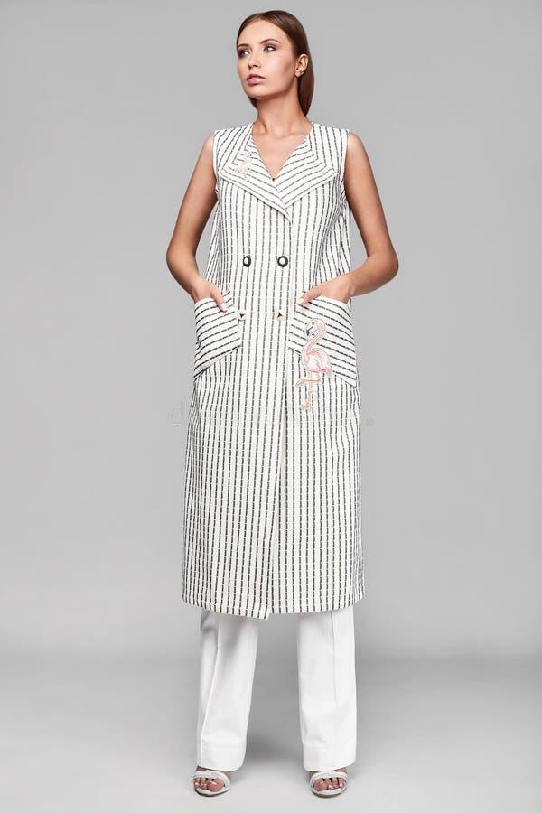 Portrait de jeune femme élégante de butin de mode dans la veste image stock