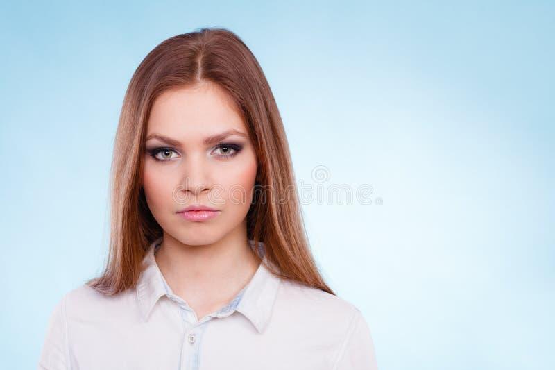 Portrait de jeune femme étonnante de beauté photographie stock