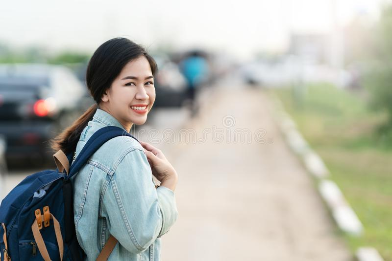 Portrait de jeune femme asiatique heureuse utilisant la veste bleue de denim image libre de droits