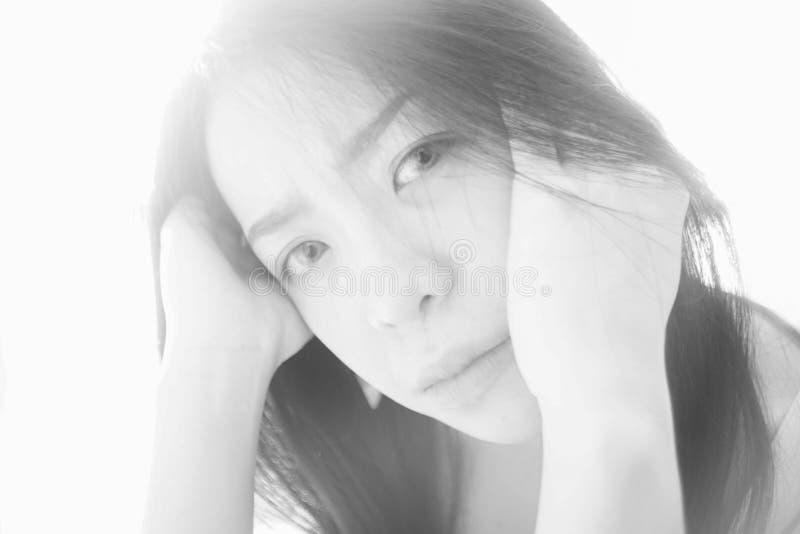 Portrait de jeune femme asiatique, style principal élevé de photo, photo noire et blanche de couleur, foyer mou images stock